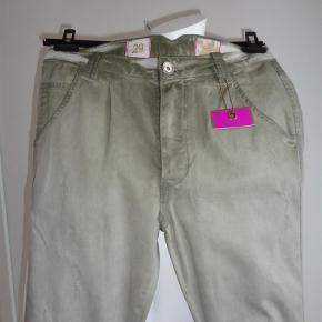 Varetype: bukser med lækre detaljer Størrelse: 29 Farve: lys amy Oprindelig købspris: 999 kr.  Bukserne har et slidt look. har knappelukning. mange lækre detaljer. Der er elastik nederst bagpå