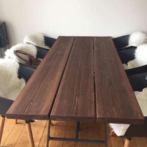 Ingen fejl og som nyt.  Bordet måler 90x200cm  Rigtig flot og unikt