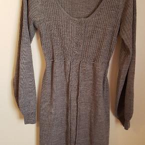Rigtig fin strikket kjole med bindebånd i taljen.