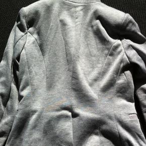 Varetype: Blazer med glimmer Farve: Grå Oprindelig købspris: 600 kr.  80% polyester 20% nylon  Bytter ikke.