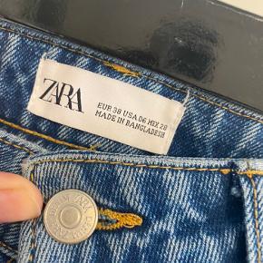 Mom jeans fra ZARA.  Str 38/M. Brugt og vasket 1 gang