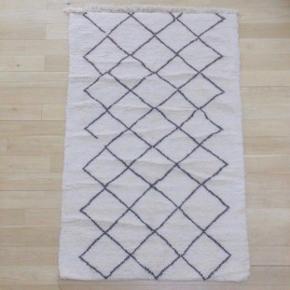 Marokkansk tæppe som ikke er brugt grundet forkert størrelse. Købt fra Marokko og er håndlavet i Atlas bjergene, og er derfor helt unikt.  Størrelse: 150 cm x 240 cm