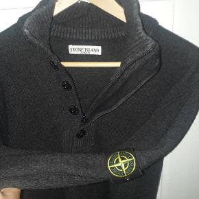 Stone island half zip i uld str xl - svare nok mere til en L mørkegrå farve  Købt i casual clothing - før certilogo