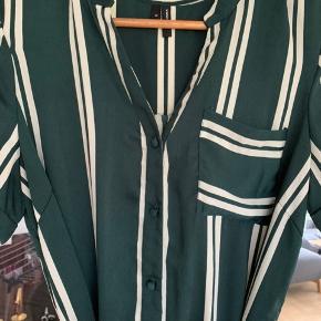Mørkegrøn med hvide striber. Brugt 2 gange. Kan bruges uden bindebånd. Køber betaler porto.