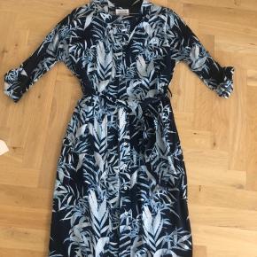 Super smuk kjole i blå Palme print   Brugt. Men stadig super fin