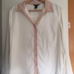 Lys og let skjorte fra H&M. Brugt men fin stand