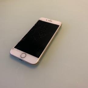 IPhone 7 i guld Brugt i 2 år og fejler ikke som sådan noget, andet end at den trænger til en ny skærm og ridser hist og her.  Fungerer fint og sælges kun fordi jeg har fået ny.  Er åben for bud
