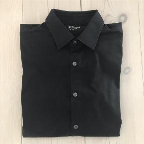 Varetype: Mænd skjorte Størrelse: 41 - M Farve: Sort Oprindelig købspris: 900 kr. Tiger of Sweden skjorte model Brodie. Slim fit - Perfekt til jeans som konfektion.