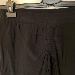 Kort nederdel med detalje foran foret. Viskose   Jeg bytter ikke