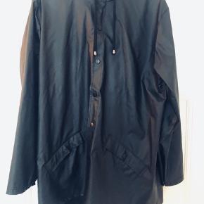 Kort sort regnjakke fra Rains, str. S/M. Nypris 599 kr..