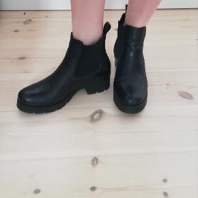Lækre korte læderstøvler i str. 39. De er købt i Østrig og er ægte læder.  Får dem ikke brugt, derfor sælger jeg dem :)