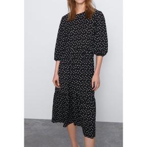 Sælger denne fine sort og hvis prikket kjole fra ZARA. Har en smule pufærmer.  99% polyester, 1% elestan Måler 130 cm i længden.  Kun brugt og vasket én enkelt gang.  Sendes med DAO via Trendsaleshandel - Pris for fragt kommer oveni :)