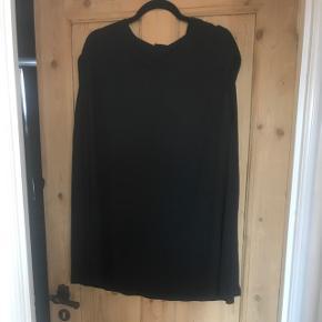 Kort kjole/lang løs top i minimalistisk stil.