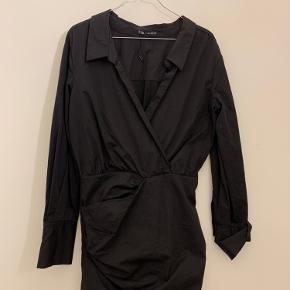 Kjole fra Zara sælges. Den er stram forneden og lidt løsere for oven. Sælges da jeg ikke får den brugt