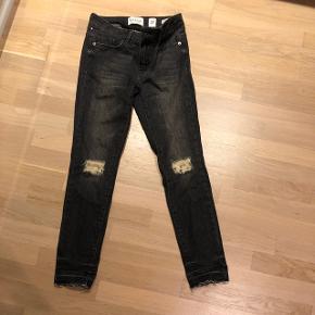 Super fede pieszak jeans med masser af strech og slid ved knæene. Mid rise - str. 27 - model på billede 2.  Nypris 800 kr og næsten lige købt.  Brugt få gange Bytter ikke