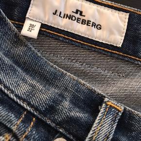 Flotte straight jeans i blød kvalitet med høj talje. Fremstår som nye. Kun brugt 1 gang. Aldrig vasket.  Str. 30\32 (jeg er 174 cm) Ingen bytte Fast pris eks fragt
