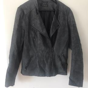 Jeg sælger mit gamle tøj da jeg ikke får det brugt