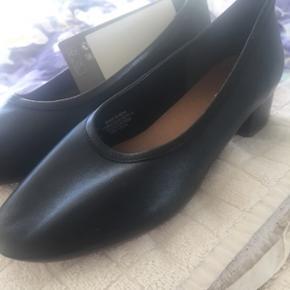 BYD GERNE 🌸 BYTTER IKKE Lækre sorte ballerinasko med lille hæl. Super komfortable og lækre i ægte læder. Aldrig brugt og stadig med mærke i.   Nypris omkring 650 kroner, mener jeg.   SENDER MED DAO OG POSTNORD 🌸 KØBER BETALER PORTO