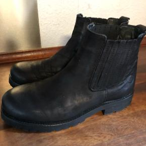 Super lækre korte støvler fra CaShott Copenhagen der kun er brugt få gange. Størrelsen er 41.