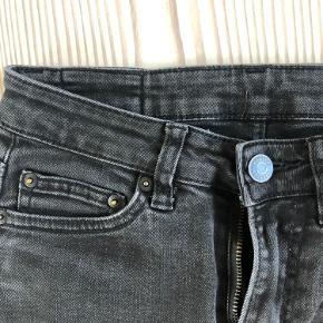 Flotte sorte Jeans fra weekday, med et lille hul mellem benene, kan ikke ses når man har dem på. Størrelse: W 26 L 30