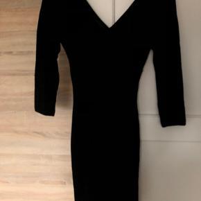 Pieces sort kjole med glimmer (svært at se på billede), kan passes af en S/M.