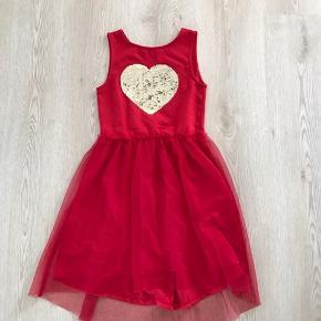 Rød kjole med hjerte i vendbare palietter, str. 134/140, H&M, er som ny. 10% af prisen går til Kræftens Bekæmpelse (Team Vejdik, Stafet For Livet) Se mere på mostermette.dk (IG849)