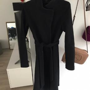 Sort uld jakke fra only, brugt i en måneds tid henover vinteren