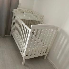 Sælger denne babyseng. Fremstår flot og ny! Byd endelig  Købt i ønskebørn