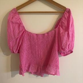 Pink elastik top fra envii, med pufærmer  Skriv gerne for billeder på, eller hvis du har andre spørgsmål😊