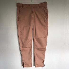 Pudder farvet bukser str. 26 med fede detaljer - 98% bomuld/2% elastan - brugt få gange
