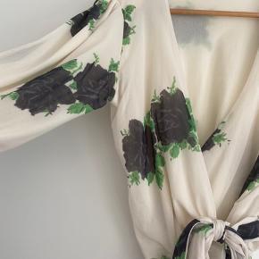 Smuk slå om bluse fra Ganni. Brugt en enkelt gang. Blusen er lidt cropped.   Afhentes i Århus c eller sendes med DAO.