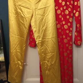 Kinesisk kimono sæt med kimonokjole og bukser. Str. 38. Længde på kjolen 145cm, bukser med elastik i taljen, indvendig benlængde 86cm. Pæn brugt stand. 150kr Kan hentes Kbh V eller sendes for 38kr DAO