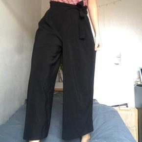 Sorte culotte bukser fra Zara. Kan bindes ved taljen og strammes til efter behov