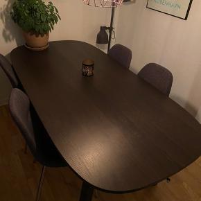 Sælger mit spisebord, da jeg skal flytte. Det er fra IKEA, oprindelig pris var 2500 kroner. Bordet står pænt, med få naturlige brugsspor som der kommer ved almindeligt brug. Det kan snildt sidde 8, hvis man sidder lidt tæt 😄 Kan afhentes på Amager. OBS: Stolene er også til salg 👌🏼