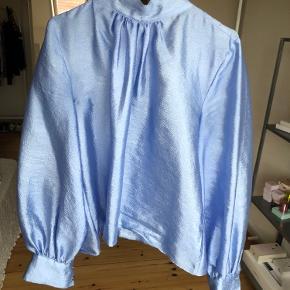 Helt ny 'Stine Goya Eddy sky blue' bluse sælges. Den er ikke brugt, så fremstår derfor som ny💙