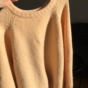 """Sælger denne """"pastel"""" fersken sweater fra MONKI🍑"""