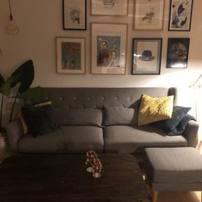 Næsten ubrugt sofa købt i Sinnerup inkl. puf.  Købte sofaen for omtrent 5000kr inkl. puf.  Sælger den fordi jeg gerne vil have en hjørnesofa.   Den står som ny, ingen pletter eller mærker. Har stået i et ikke-ryger hjem uden dyr.   Sælger for 3.000kr. inkl. Puf og i en hurtig handel smider jeg gerne et par puder oveni, da jeg synes de står godt dertil.