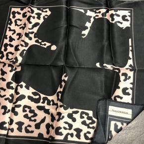 Lille Malene Biger tørklæde i sort og Rosa.  Som nyt.  Fint til håret eller tasken.  Mål: 25 x 35 cm.
