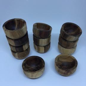 12 stk. Æggebæger/saltkar fra House Doctor. Enkelte er brugt få gange, nogle aldrig.  De er i træ og måler 5,2 cm. i Diameter. De er i akacietræ, tåler ikke opvaskemaskine.  Nypris er 20 kr. Stk.  Tag alle 12 for 150 og spar 90 kr. I forhold til nypris.  Læs evt mere om det her: https://www.kaiku.dk/vare/7445-house-doctor-salt-skaal-aeggebaeger-el-52-oe?gclid=EAIaIQobChMI_Oznyczm4wIVDeh3Ch1CdgqhEAQYASABEgJtSfD_BwE