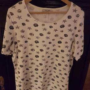 Sød hvid t-shirt med fint muslinge- og søstjerneprint. Størrelse 46.