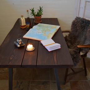 Plankebordet består af tre ovntørrede douglas planker, som er behandlet med mørk olie. Plankernes naturlige kanter er bevaret.  Mål: 140cm x 80cm (4 cm i tykkelse)  Træsort: Douglas (ovntørret)  Overfladebehandling: Mørk olie  Bordben: medfølger ikke  Tilbudspris: 3.000,- (inklusiv moms)  Fragtpris på denne vare i dk ligger mellem 300,- og 500,- (inklusiv moms)