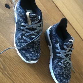 Hej:) sælger disse mega fede Nike airmax. det er en damesko. De er mega gode at gå i. Brugt max 5 gange Mp 250kr  Str 37,5 Varen kan afhentes i Aalborg  Eller sendes:)
