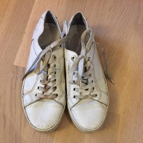 Seje hvide sneakers fra vagabond. De er brugte og trænger derfor også til en vask samt nye snører.  Sender gerne, ellers afhentning i Herning eller mødes i Århus🐳