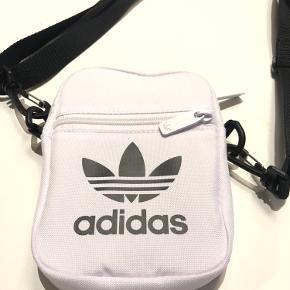 Helt ny Adidas Originals taske!  Hvid flight-taske med logo - aldrig brugt 😁