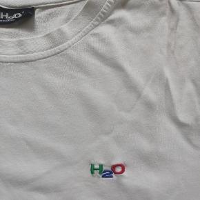 Varetype: T-shirt Farve: Hvid   Enkel hvid t-shirt fra H2O  Man kan købe alle 3 H2O trøjerne for 222 kr.