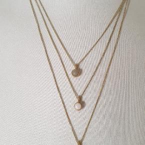 Flot smykkeslt fra Pilgrim brugt 1 gang. Ringen er str. 55 men kan udvides. 3 øreringe, 1 ring og halskæde.