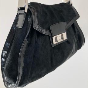 Karen Millen taske sælges! Tasken er nogle år, men har nærmest ikke fået den brugt, derfor den sælges ☺️  Materialet er sælskin Mål på tasken højde: 30cm, bredde nederst 42cm og bredde øverst 22 cm