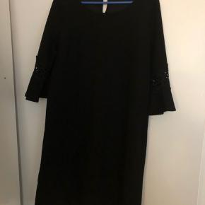 Fin sort Ofelia kjole.  Fejlkøb.  Str L/XL Kan sendes mod køber betaler porto😊