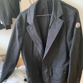 Moncler jakke/frakke kan også bruges som dress up til evt. galla eller lignende  Nypris 12000!!   Har intet OG til jakken Den passer en str m - ca. 175-185