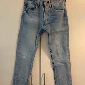 Ingen flaws, sælger da jeg købte dem for små..  Der står 28/32 på størrelsen, har fået dem syet om INDE i levis butikken i København så det er en 28/30